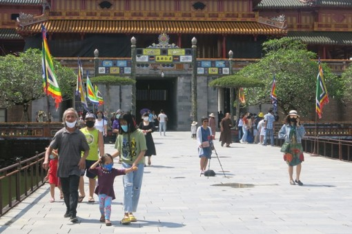 More than 22,000 tourists visit the relics of Hue during the holidays