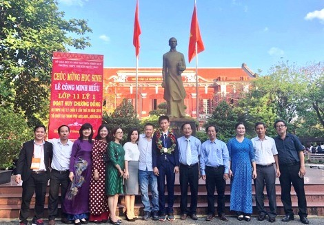 """5 individuals were awarded the title of """"Representative Citizen of Thua Thien Hue province"""""""