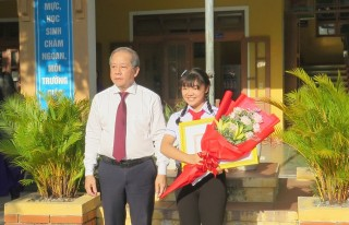 Provincial Chairman awards certificate of merit to student winning the first prize of UPU International Letter-Writing Contest