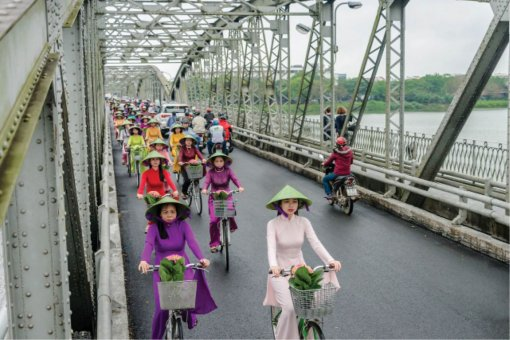 The impression of Hue through the image of ao dai on Truong Tien Bridge