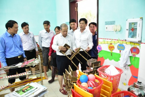 Chairman of the Provincial People's Committee Phan Ngoc Tho checking flood recovery in low-lying areas