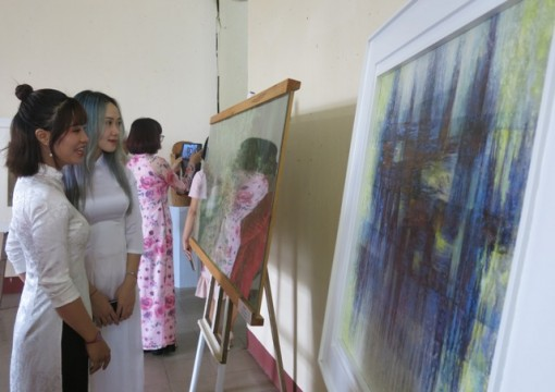 Exhibition of paintings to celebrate Vietnamese Teachers' Day