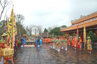 Setting up Cay Neu (Neu pole) to welcome Tet in the royal palace