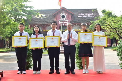 Awarding cerificates of merit to 5 students winning national science and technology prizes
